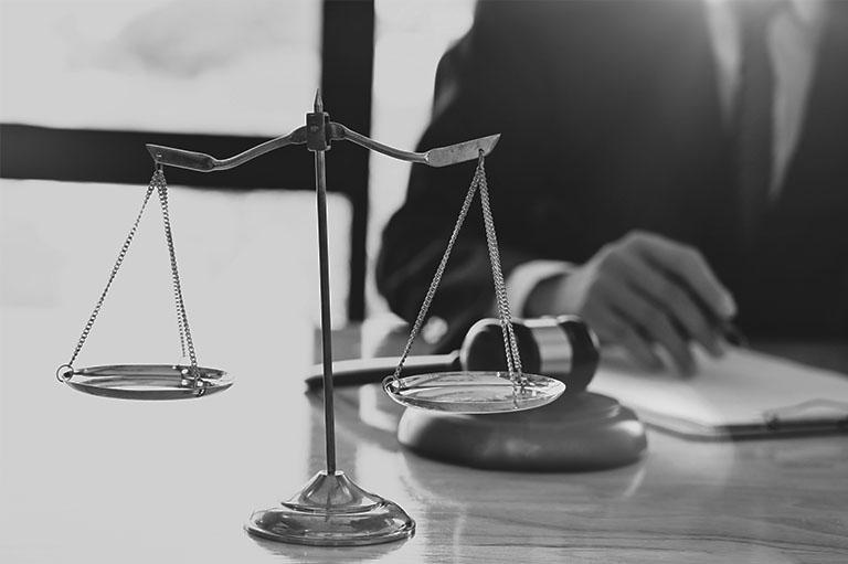 waga sprawiedliwości nabiurku prawnika